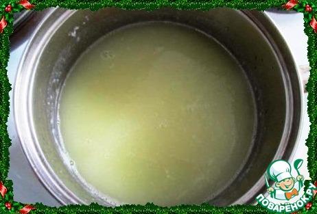 Как только закипит, добавляем сыры, кроме сыра с плесенью. Варим на среднем огне до готовности картошки, добавляем большую часть сыра с плесенью, варим до полного растворения сыров. Пюрируем суп погружным блендером в однородную массу.