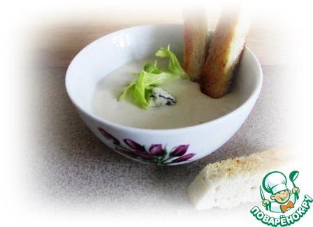 Разливаем суп по небольшим плошкам, добавляем кусочки сыра с плесенью, перчим и кладем несколько листочков зелени.   К супу хорошо подать гренки из белого хлеба в виде длинных палочек.    Приятного!