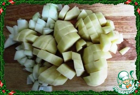 Лук и картофель мелко нарезаем