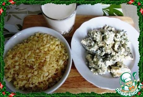 Натираем или крошим сыры, несколько кусочков сыра с плесенью оставляем для украшения. Отливаем стакан сливок.