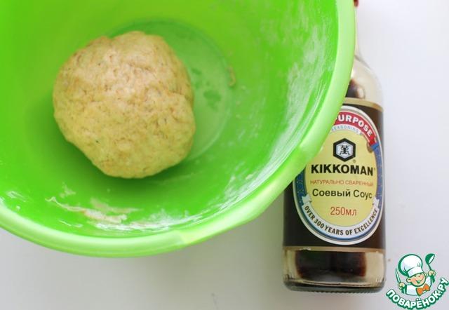 К сухим ингредиентам добавить воду, соевый соус и растительное масло. Замесить плотное тесто. Накрыть пленкой и поставить в холодильник на час.