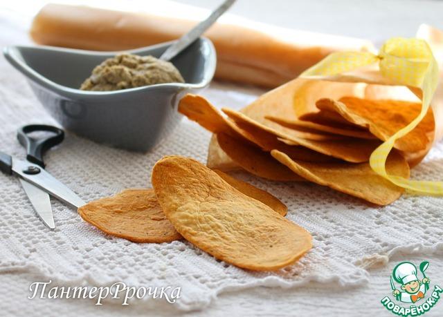 Переложить на противень и выпекать в предварительно разогретой до 220 градусов духовке ок. 6 минут. Крекеры должны быть золотистого цвета.
