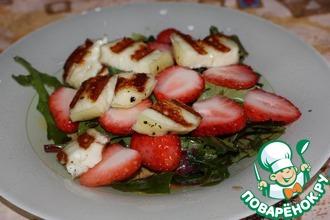 Салат с клубникой и жареным халуми