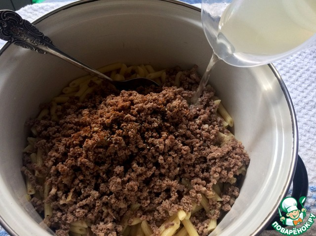 Вливать мясной бульон частями, перемешивая и прогревая макароны на огне. У меня ушло 130 мл бульона. Это придаст макаронам сочность и нежность.
