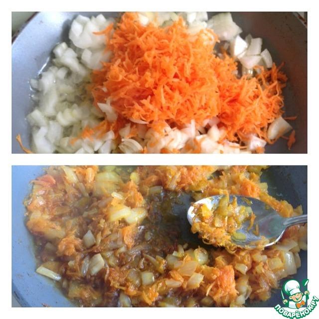 Лук нарезать кубиком, морковь натереть на маленькой терке.    Поставить обжаривать овощи в небольшом количестве растительного масла. Когда лук с морковкой начнут поджариваться, влить соевый соус.     Перемешать и дать жидкости полностью выпариться.