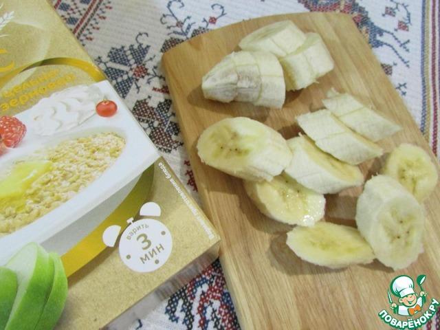 Банан почистить и нарезать кусочками.
