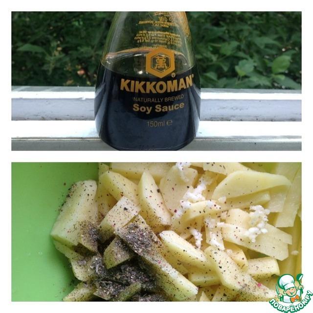 Картофель очистить и нарезать соломкой или ломтиками. От размера нарезанного картофеля зависит время приготовления. К картофелю добавить чеснок, пропущенный через пресс, и специи.