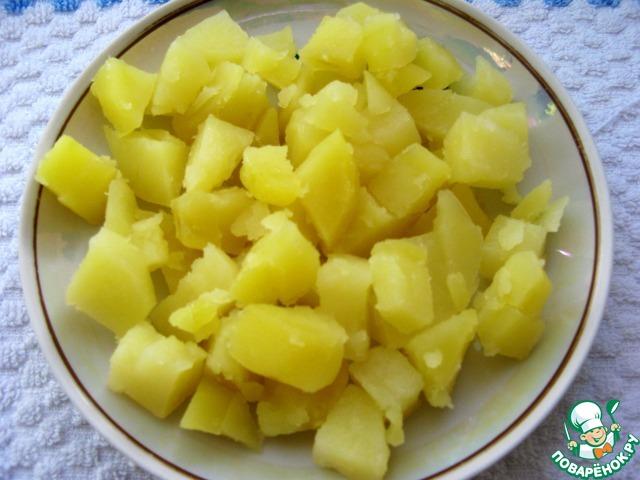 Картофель почистить, помыть, отварить до готовности и нарезать небольшими кусочками.