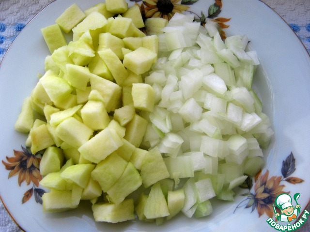 Помыть и очистить яблоко от кожуры, нарезать кубиком, сбрызнуть соком лимона. Лук почистить, помыть, нарезать на небольшие кусочки.