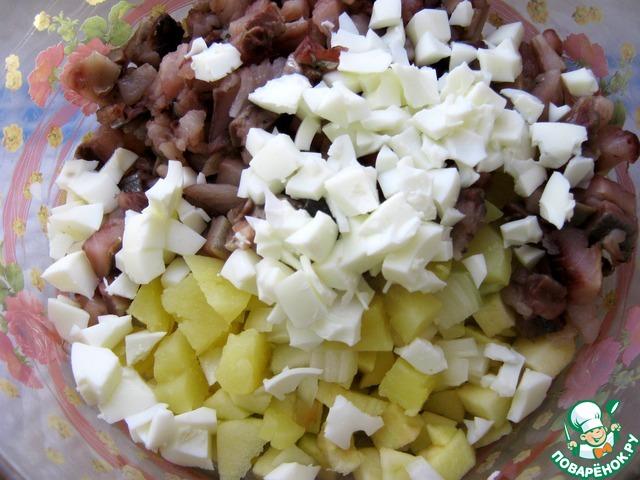 Все подготовленные компоненты соединить. Отварить яйца. Очистить. Нарезать белок, добавить в салат. Желтки оставить на заправку.