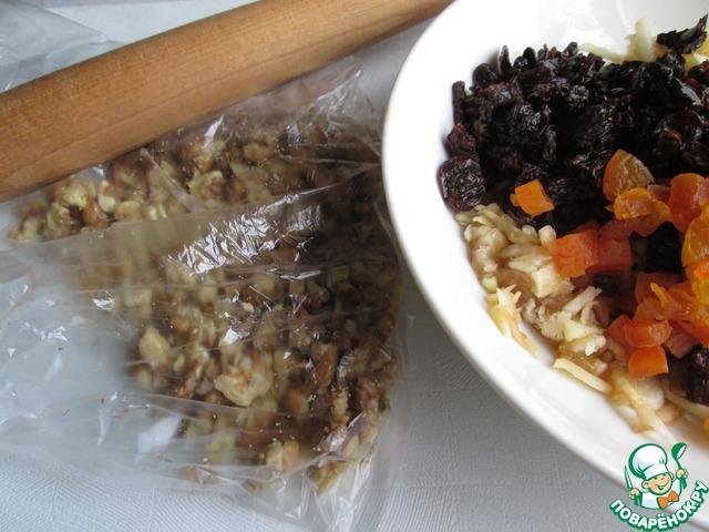 Орехи измельчаем, но не мелко. Можно поместить их в пакет и прокатать скалкой.