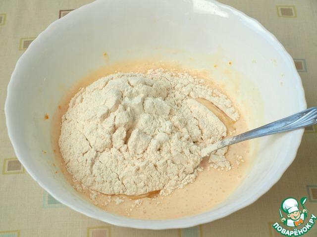 Добавить в тесто подсолнечное масло, размешать.   Далее просеять муку с разрыхлителем.