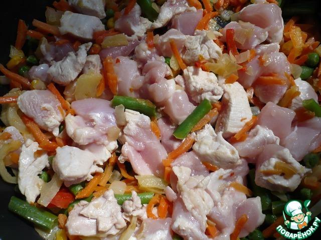 Добавить к овощной смеси, посолить по вкусу, накрыть крышкой и тушить.
