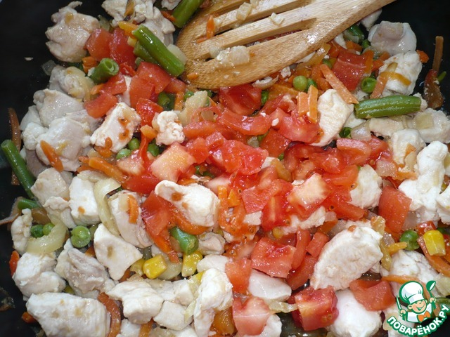 Помидор добавить к овощной смеси и курице. Продолжить тушить, накрыть крышкой.