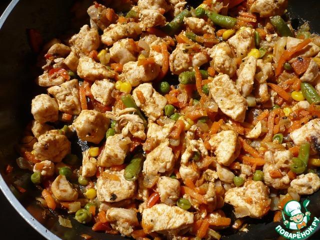 Добавить по вкусу сушеный базилик, красный молотый перец, карри. Потушить несколько минут до готовности. Прошло 30 минут, курица с овощами готова.