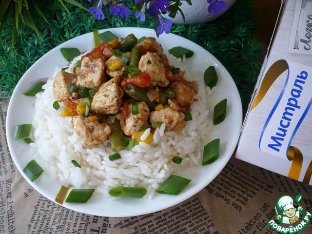 Аккуратно вскройте пакетик и выложите рис на тарелку. Выложите курицу с овощами на рис и подавайте к столу.    Приятного аппетита!