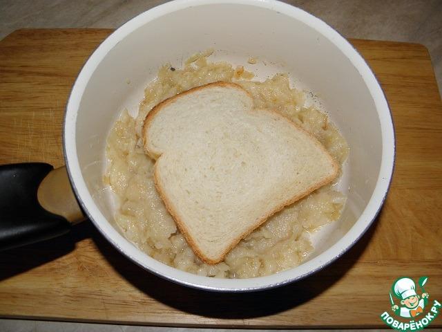 Два варианта приготовления   1)в сковородке обжарить с луковой массой быстро хлебные тосты с двух сторон.     2) Вариант духовки, обмакиваем хлеб в луково-масляной смеси.