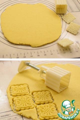Достать тесто из холодильника, раскатать в пласт толщиной примерно 5 мм и вырезать печенья.