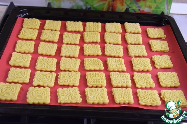 Выкладываем печенья на застеленный ковриком или бумагой противень.