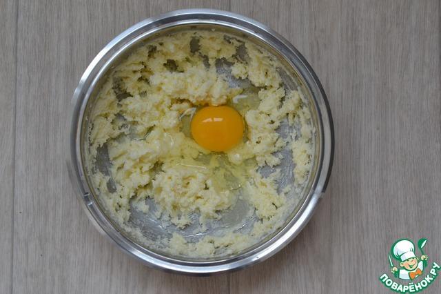 Добавляем яйцо взбиваем еще до пышной массы