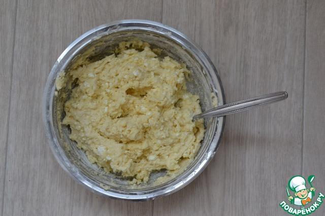 Все сухие ингредиенты ( мука, разрыхлитель, соль, ванилин (ванильный сахар)) просеиваем в другую чашу. Небольшими порциями вмешиваем сухую смесь.
