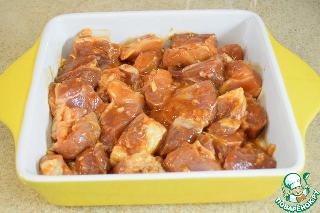 Выкладываем замаринованное мясо в форму (у меня керамическая, поэтому я ставлю в холодную духовку). Доводим до готовности при 180°С (примерно 40-60 минут). Через 20-25 минут, как только мясо покроется красивой румяной корочкой, закрыть форму фольгой.