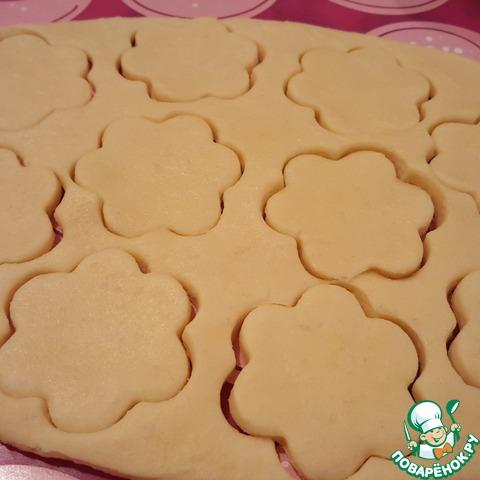 Удобно разделить тесто на несколько частей, раскатать в пласт толщиной 5 - 7мм, вырезать любые фигурки. Включить разогрев духовки 180°.