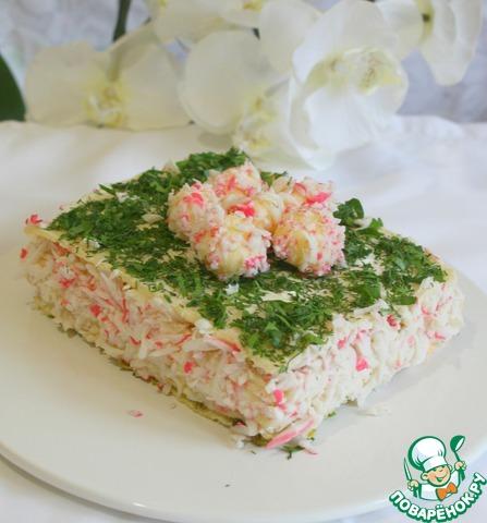 Последний корж посыпаем зеленью и выкладываем сырные шарики.   Обязательно даем торту настояться несколько часов, иначе будет плохо резаться, и подаем. Чтобы не заветрился, затяните торт пленкой    Коржи размягчаются, но не превращаются в кашу.    Это очень вкусно!!!