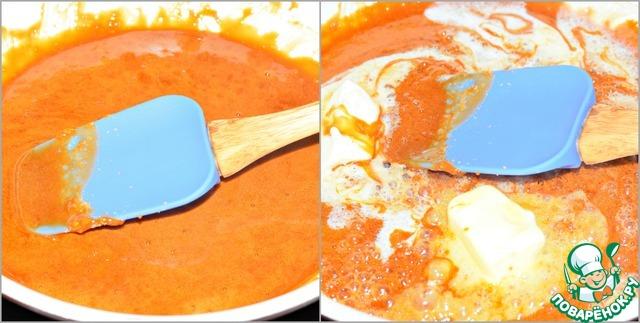Пока кекс, печется приготовить карамель.   В глубокой сковороде растопить сахар на небольшом огне. Сахар всё время помешивать. Он должен раствориться полностью и не пригореть.    Снять сковороду с огня и добавить масло комнатной температуры. Важно соблюдать температурный режим, иначе в карамели могут образоваться комочки, если соединятся горячая карамель и холодное масло. Перемешать.