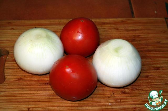 2 репчатых луковицы чистим, моем помидоры.