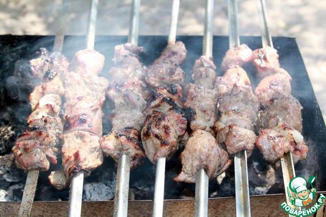 Постоянно переворачиваем мясо, жарим по 3-4 минуты с каждой стороны. В общей сложности не более 15 минут.