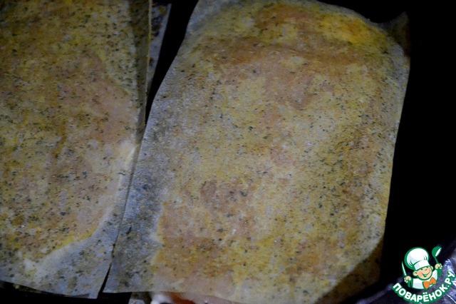 Обжариваем филе в листах на раскаленной сковороде без масла по 7 минут с каждой стороны.    Жарим на среднем огне.    Удерживаемся сами (и домашних держим), чтобы не съесть филе сразу же - такие ароматы!    Обжаривается все очень быстро и удобно. Сковорода практически чистая.