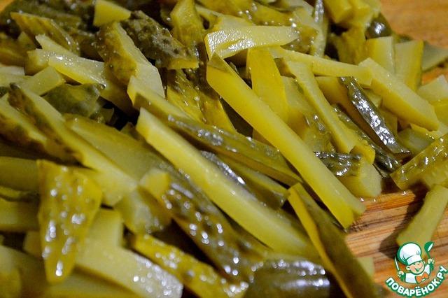 Для салата нужны крепенькие и вкусные маринованные огурцы. Нарезаем их брусочками...