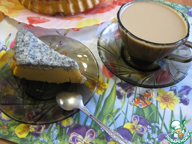 Утром достаем нашу запеканку, нарезаем и подаем к кофе или чаю.   По структуре плотная, сочная за счет пюре, но в то же время очень нежная, прямо тающая во рту, с небольшим вкусовым оттенком пюре и сливочным послевкусием топпинга, а мак приятно похрустывает и завершает всю вкусовую гамму!