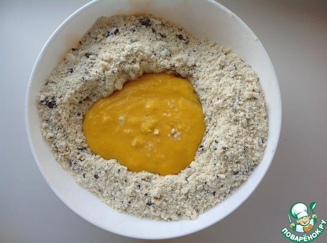В мучную смесь добавить жидкие ингредиенты и быстро перемешать. Если тесто будет рассыпаться, добавить немного молока или воды.