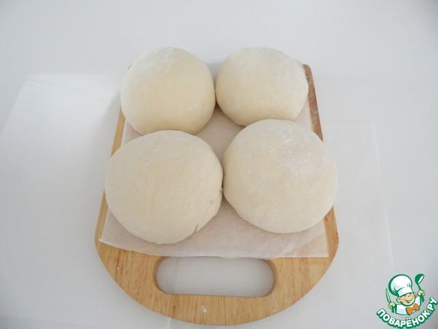 Затем разделите тесто на 4 части и сделайте шары.