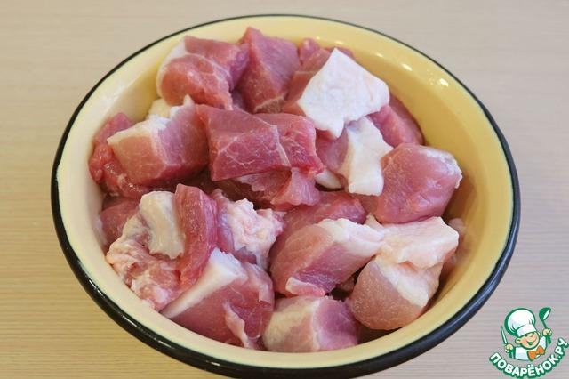 Жирную свинину нарезать кусочками.    Аналогичным образом поступить с говядиной.