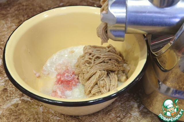 У хлеба срезать корочку, положить в миску, добавить кипяченую воду, примерно 1/2 стакана, затем хлеб отжать и пропустить ломтики хлеба через мясорубку вместе с репчатым луком.