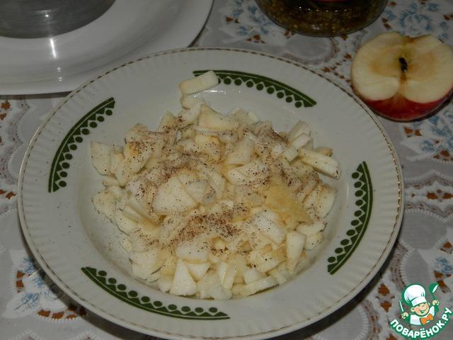 Яблоки очистить, мелко нарезать, поперчить, добавить выдавленный чеснок, перемешать.