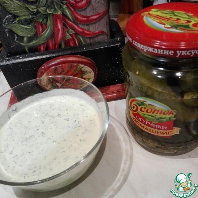 """Смешиваем огурцы, зелень, чеснок с йогуртом, при желании добавляем немного майонеза, доводим """"до вкуса"""" по соли и перцу.    При желании, можно добавить немного майонеза, я этого делать не стала, солить тоже не понадобилось, соли от огурчиков хватило."""