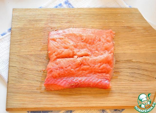 Я использовала филе горбуши. На мой взгляд она наиболее подходит для лососевого масла, так как структура филе у горбуши очень мягкая, нежная.       Можно использовать уже слабосолёную готовую горбушу, а можно приготовить её самим экспресс-способом