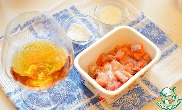 Для экспресс засолки горбуши нарежьте филе очень мелко (чем мельче нарежете, тем быстрее просолится рыба).       Сложите нарезанную горбушу в контейнер, добавьте соль, сахар, коньяк, перемешайте, накройте крышкой. Оставьте при при комнатной температуре. Рыба будет готова через 40-60 минут