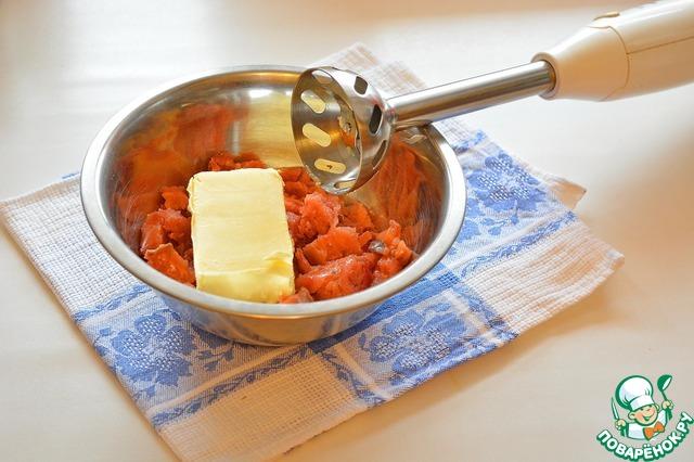 Сложите в миску засоленную горбушу и масло. Количество масла от 200 до 300 грамм. Чем больше масла - тем нежнее вкус.