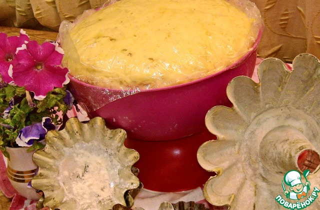 Тесто. Муку просеять, соединить с солью, сахаром и ванилином. Помешивая влить в муку опару, подсолнечное масло, мёд и взбитые яйца. Растопить маргарин, остудить до +40 градусов, соединить с мукой. Замесить мягкое тесто. накрыть под плёнку и оставить минут на 40-к до увеличения в объёме в два раза. В помещении должно быть тепло, без сквозняков. Нам необходимо два таких поднятия теста. между каждым периодом обминаем, и снова укрываем под плёнку от сухой корки. Я с тестом работаю руками, не использую механическое размешивание миксера. Тесто любит ваши ручки. На фото готовое тесто разложено по формам. Формы предварительно смазать маслом и присыпать мукой. Оставить на расстойке минут 15-20. По желанию в тесто можно добавить изюм.
