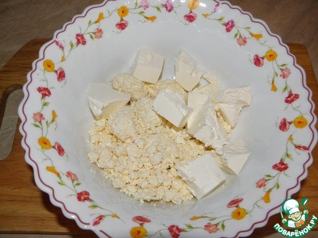 Соединить творог и сыр (раскрошить небольшими кусочками)