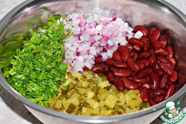 Выложить все ингредиенты в большой салатник.    Добавить измельченную зелень.     Заправить сметаной (или майонезом), перемешать, посолить по вкусу.     Все готово!