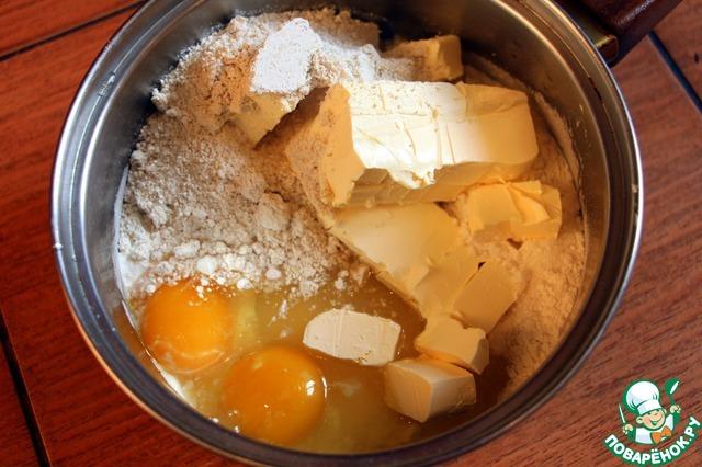 К ним добавить муку 3 стакана (стакан 250г), яйца, сахар, масло, разрыхлитель, ванилин и корицу.