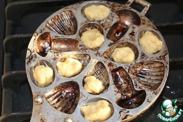 Выкладываем тесто в смазанную маслом орешницу.