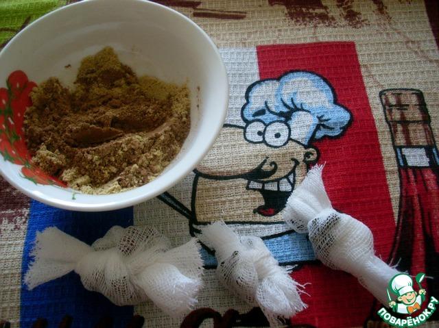 Чеснок раздавить или измельчить ножом и добавить в вываренное пюре, добавить соль, сахар, горчицу порошком, корицу молотую и мешочки со специями, уксус. Варить 10 мин. После чего извлечь ароматные мешочки из соуса!!!