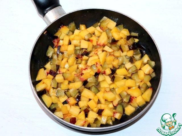 3. Очистите от шкурки персик и удалите косточку. У сливы также удалите косточки. Нарежьте фрукты маленькими кубиками и добавьте в сковороду. Обжаривайте около 5 минут, периодически помешивая.